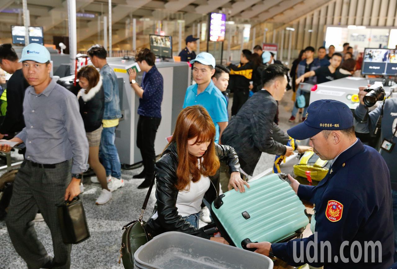 越南豬肉首次檢出非洲豬瘟病毒,防檢局宣布,18:00後來自越南航班「不發放」防疫...