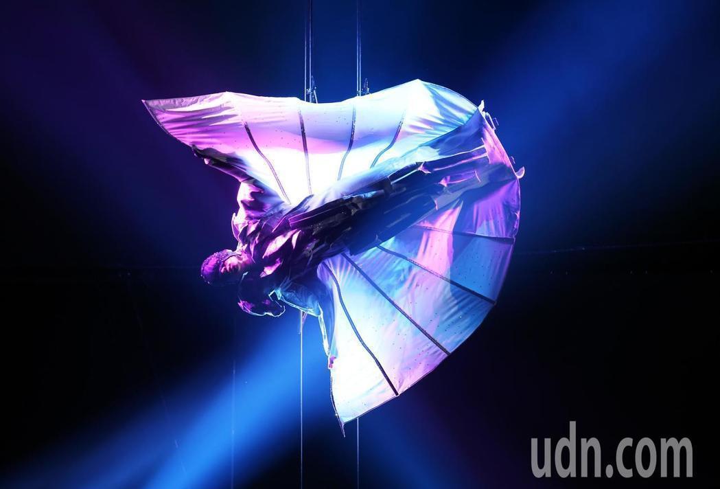 林俊傑的倒吊開唱令觀眾驚豔。圖/報系資料照