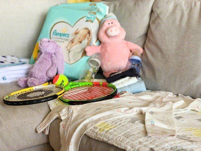 鄭嘉穎秀出一屋子的嬰兒用品。圖/摘自微博