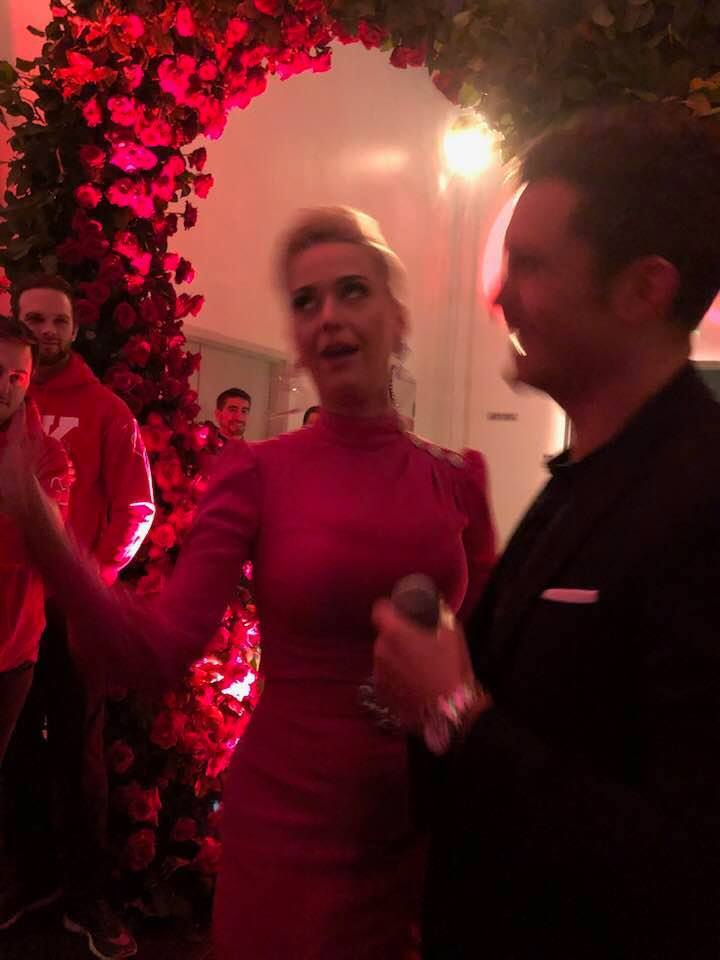 疑似凱蒂佩芮與奧蘭多布魯的訂婚派對畫面曝光。圖/摘自臉書