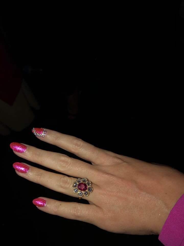 凱蒂佩芮手上的戴著的珠寶戒指,可能是她的訂婚戒。圖/摘自臉書