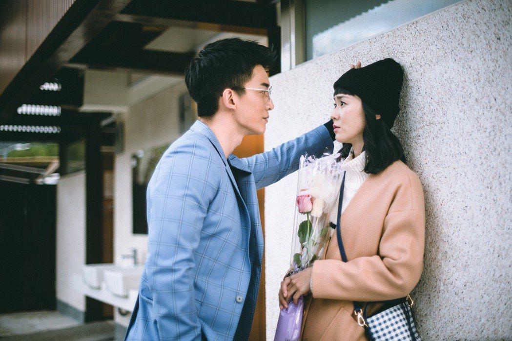 王家梁(左)在公廁前對鍾瑶壁咚告白。圖/東森提供