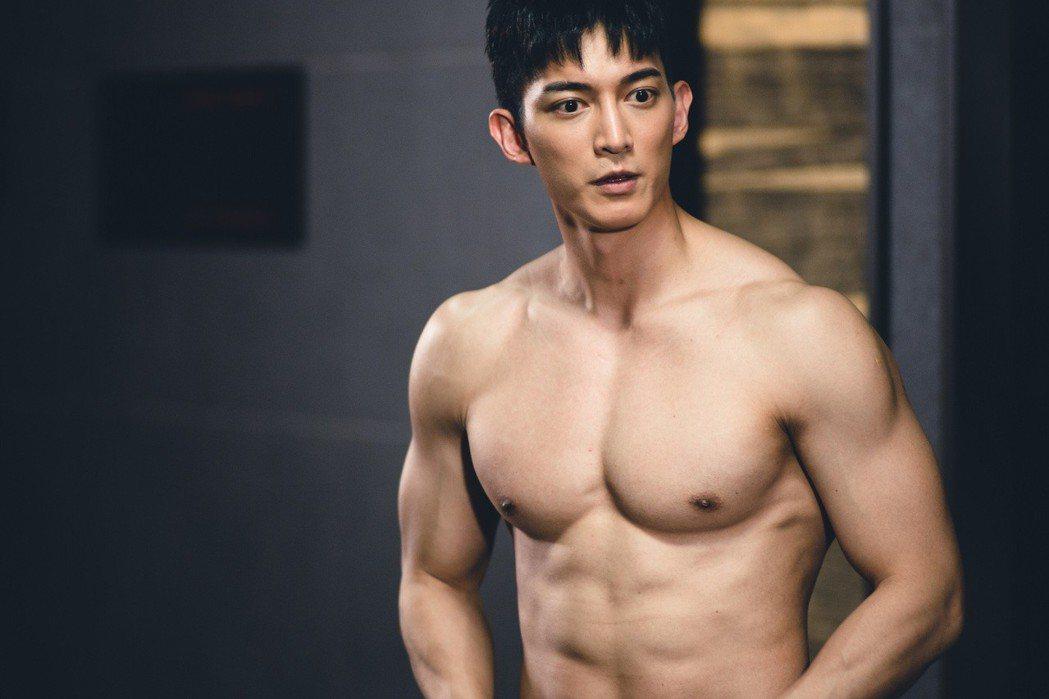 王家梁健身有成,練就一身健壯肌肉,戲中難免一脫。圖/東森提供