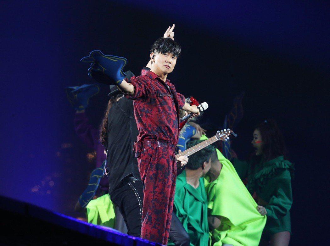 林俊傑站上台北獨家「移動式延伸舞台」,近距離和觀眾互動。記者徐兆玄/攝影
