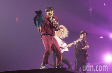 林俊傑(JJ)晚上在小巨蛋進行第2場「聖所」世界巡演,JJ在獨家移動式延伸2層樓高的舞台上跑跳,與高樓層座位的歌迷距離更加貼近。