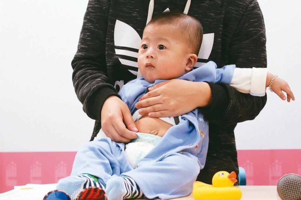 小碩1個月大接受第1次兒童預防保健服務,醫師發現他肚臍出現異常分泌物,檢查為「臍...