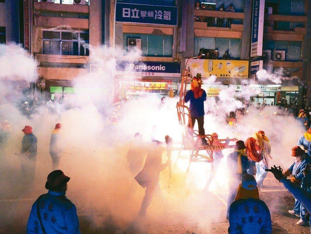 台東市長張國洲親自上轎,炮炸巡禮為今年元宵祈福。 記者尤聰光/攝影