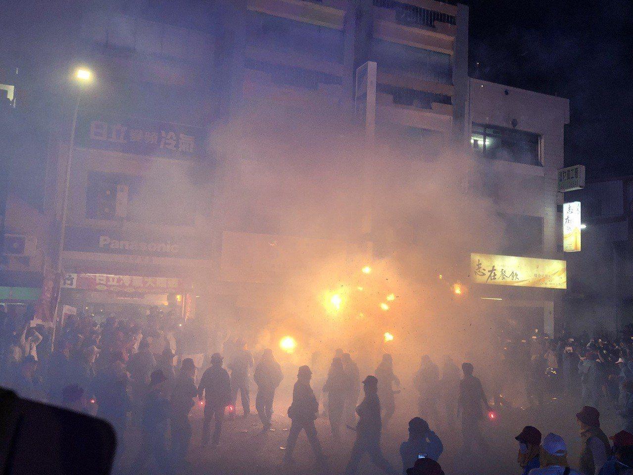 台東元宵節活動,昨晚官辦首場炸寒單吸引近千民眾共襄盛舉。 記者尤聰光/攝影
