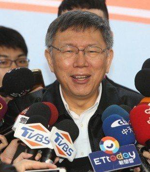 台北市長柯文哲(中)昨天說,政治上他認為可按照實際需要去選擇親藍或親綠,而非被貼...
