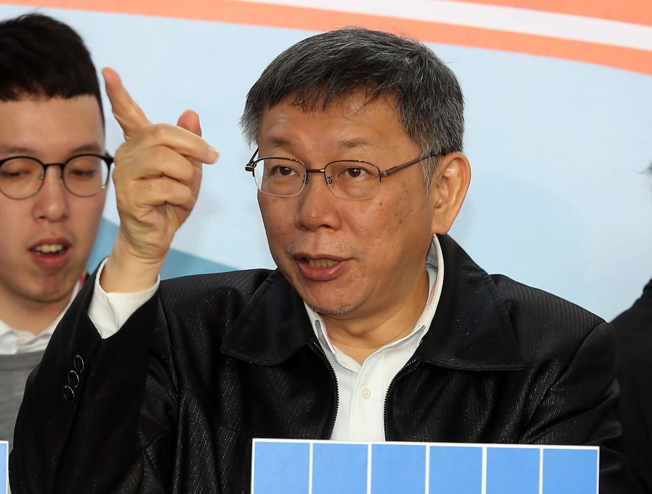 台北市長柯文哲(中)昨說,自己工作時像雍正,是冷酷的酷吏,高雄市長韓國瑜比較溫暖...