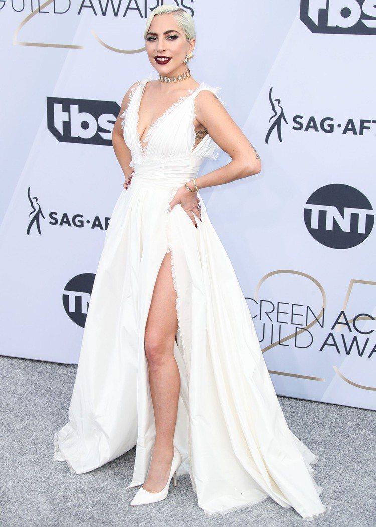Lady Gaga在第25屆美國演員工會獎穿Dior 2019春夏高級訂製服。圖...
