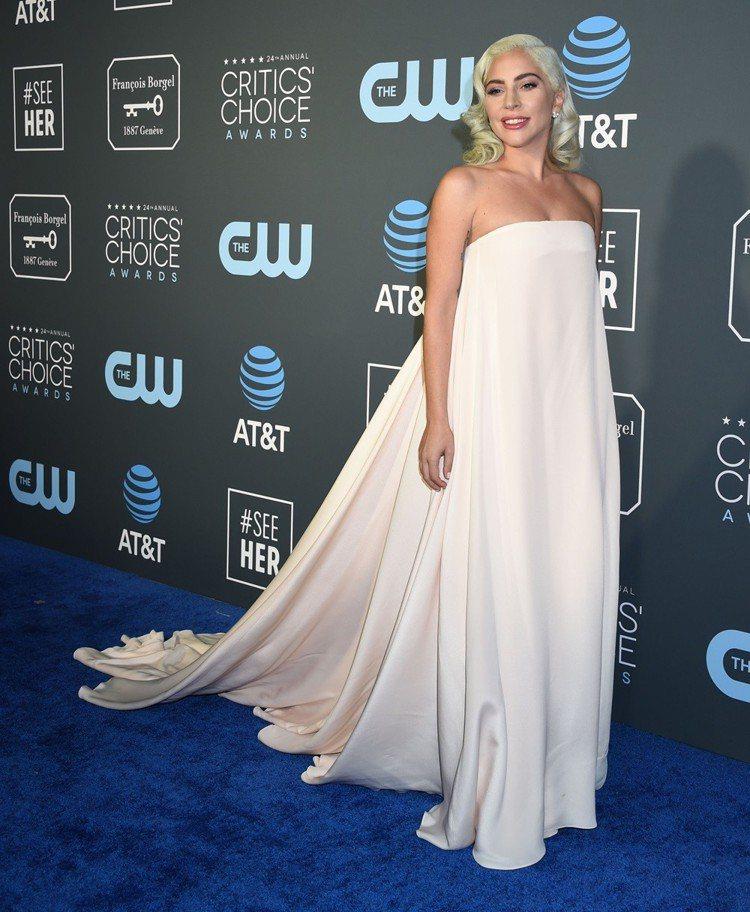 女神卡卡身穿為她量身打造的Calvin Klein禮服出席廣播影評人協會獎典禮。...