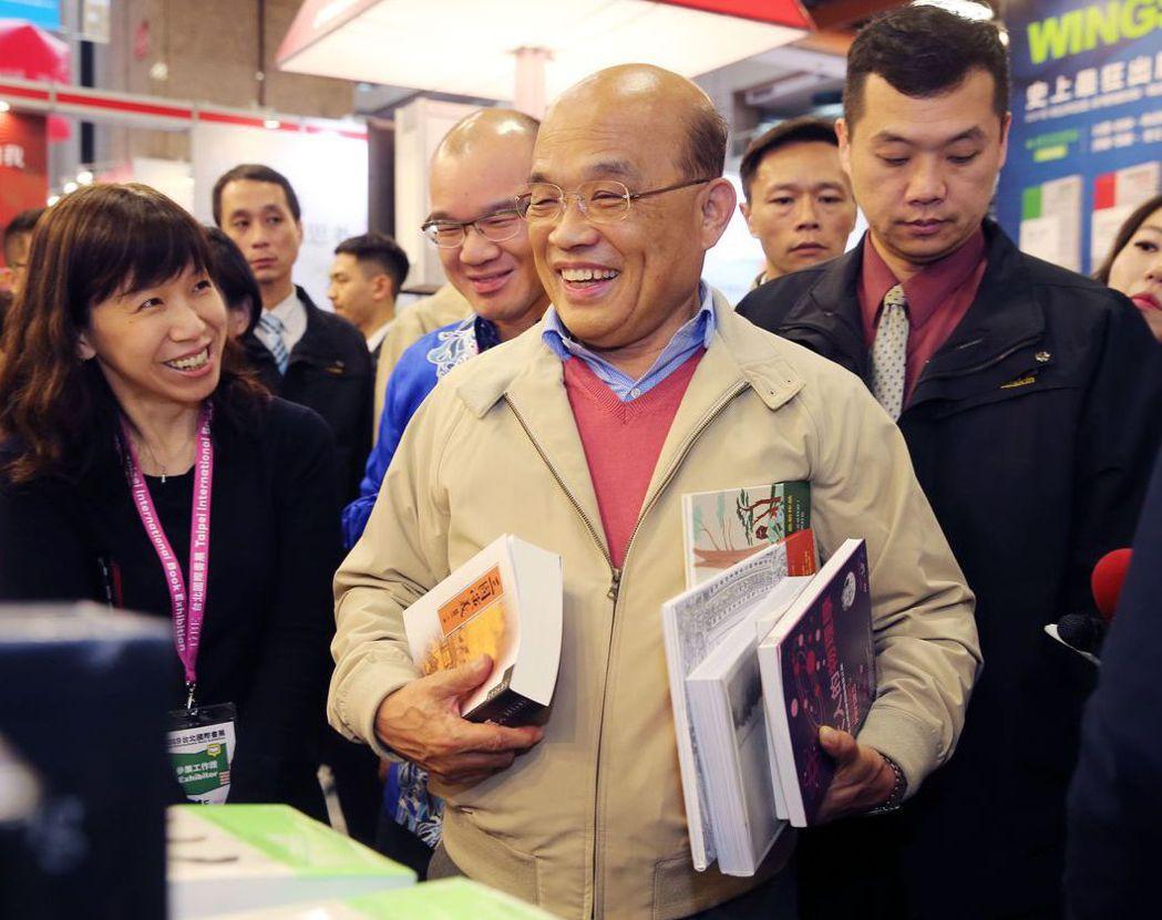 行政院長蘇貞昌昨天參觀台北國際書展,在聯經出版社攤位買了很多書。 記者徐兆玄/攝...