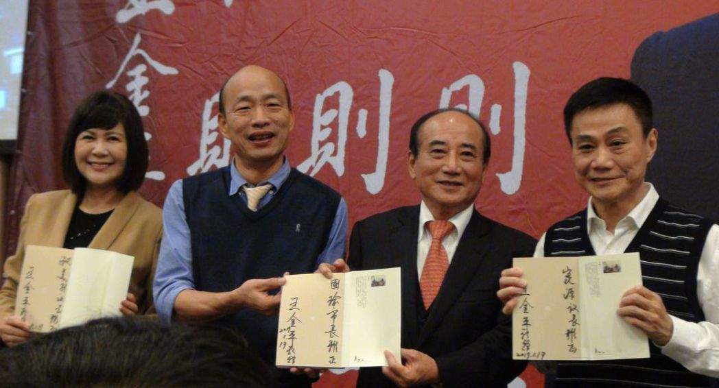 王金平在自己的書上簽名,送給高雄市長韓國瑜等人。 圖/聯合報系資料照片