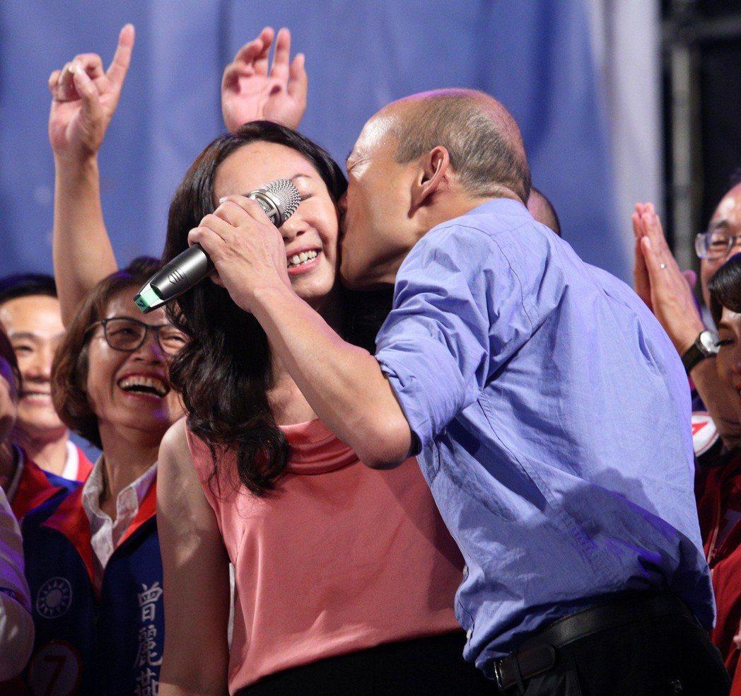 高雄市長韓國瑜(右)自比像韋小寶,兩人最大不同是老婆人數不一樣。圖/聯合報系資料...