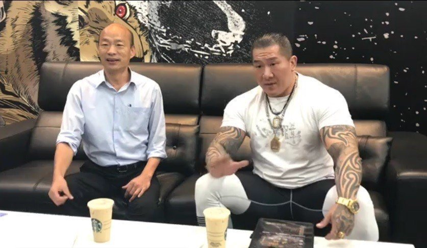 韓國瑜(左)找網路名人「館長」陳之漢直播,創下高瀏覽量。 圖/截圖自韓國瑜臉書