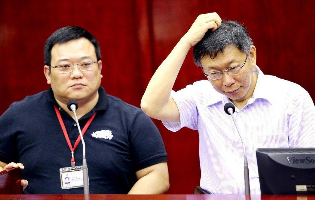 台北市長柯文哲(右)肢體比以前自然許多,同時改掉不看對方眼睛的習慣。圖/聯合報系...