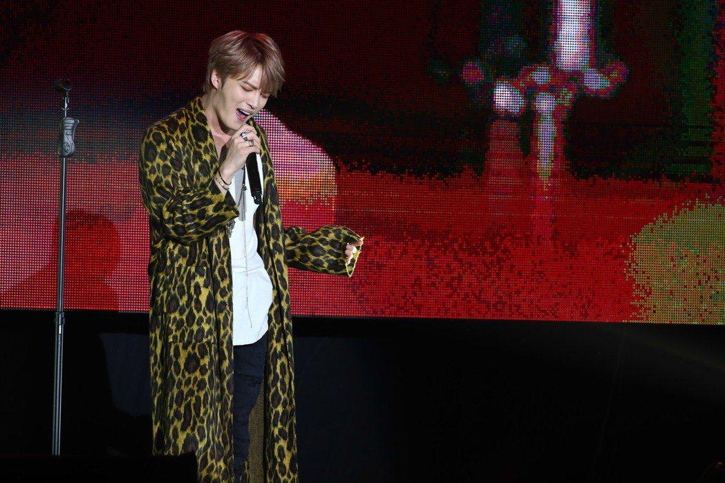 金在中在台北天母體育館舉辦粉絲見面會,現場演唱多首快歌炒熱氣氛,他更希望粉絲們都...