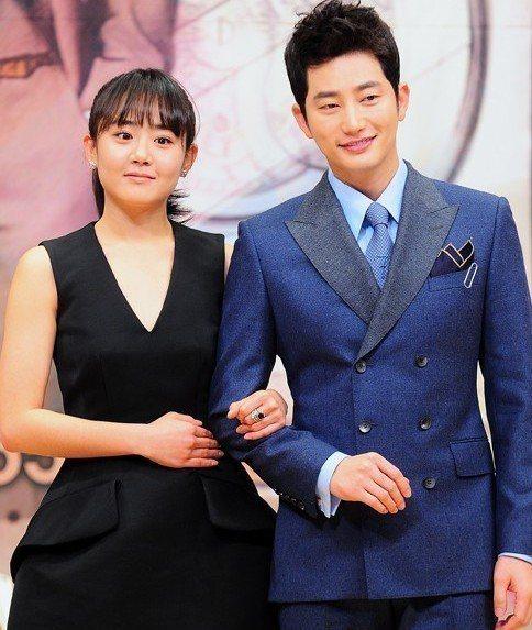 文根英(左)在韓劇「清潭洞的愛麗絲」積極貼上富二代朴施厚。圖/緯來提供