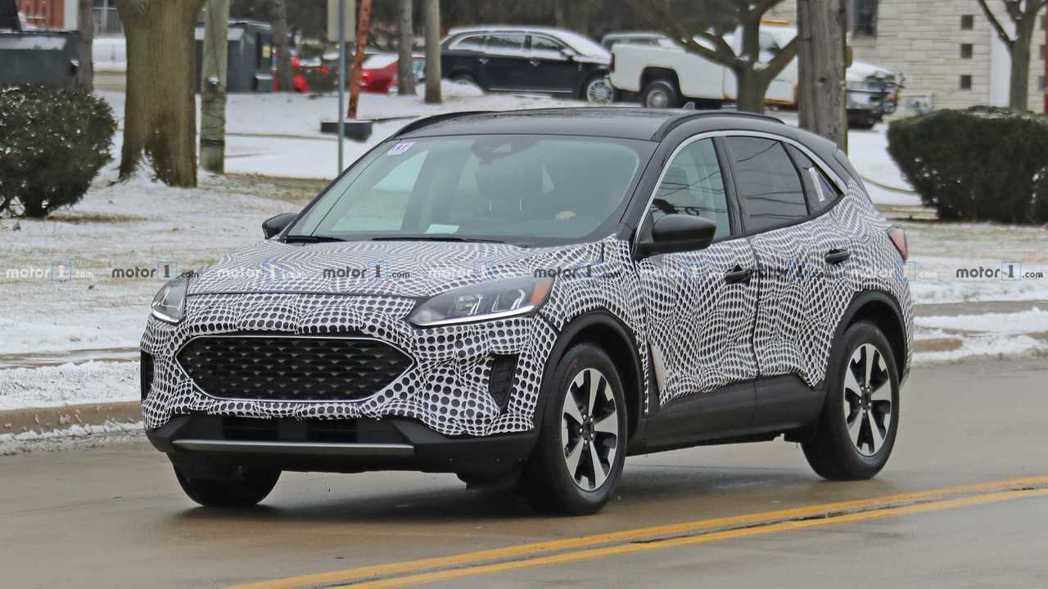 外媒再次捕獲大改款美規Ford Escape的偽裝測試車。 摘自Motor 1