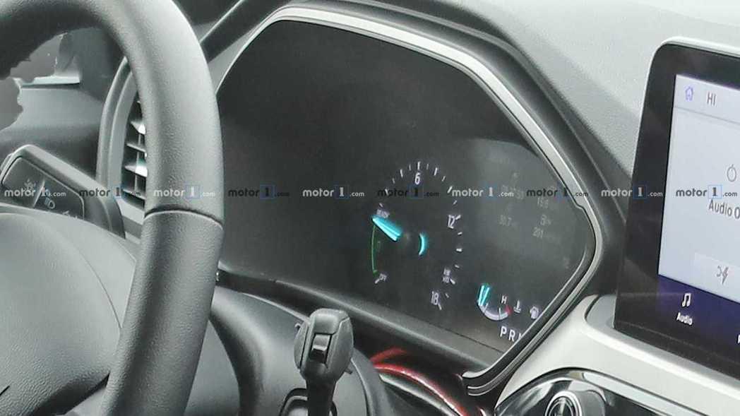 雖然照片有點模糊,但大改款美規Ford Escape的數位儀表上,確實是有著以k...