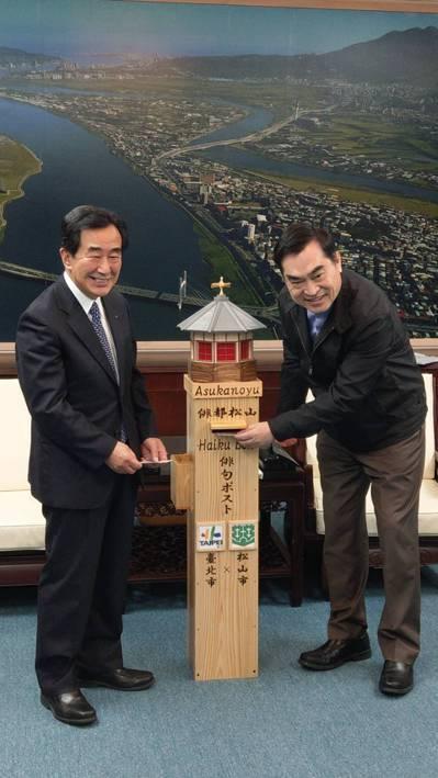 台北市與日本松山市交流,昨共同發表在北市府設置「松山俳句信箱」。左為松山市副市長...