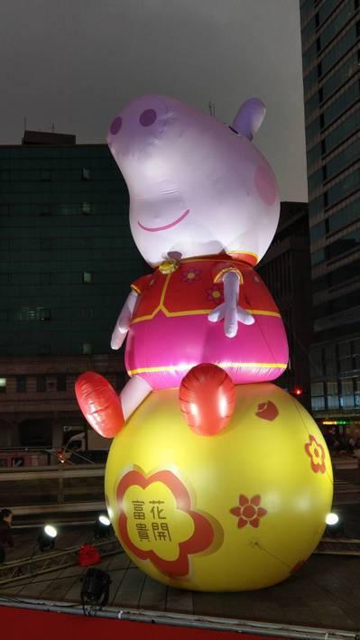 台北燈節今天登場,超人氣卡通粉紅豬小妹花燈區,昨晚提前點亮。記者楊正海/攝影