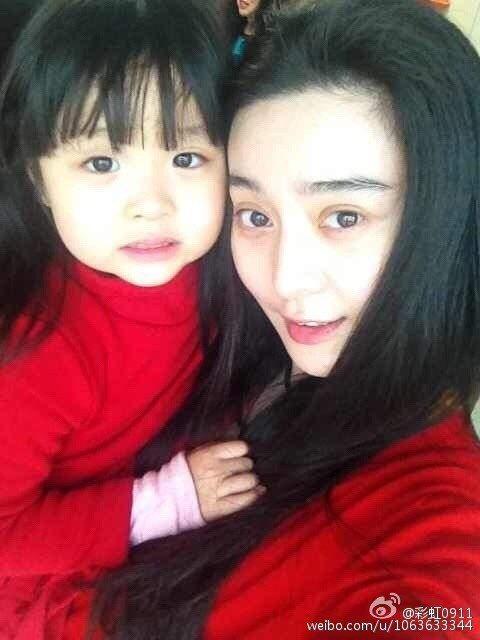 范朵朵曾在微博上秀出與堂姊范冰冰的幼年合照。圖/摘自微博