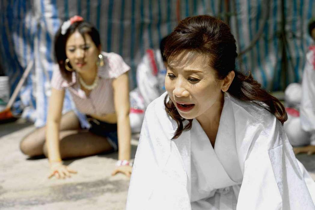 今子嫣演出「美秀」戲中孝女白琴橋段。圖/公視提供