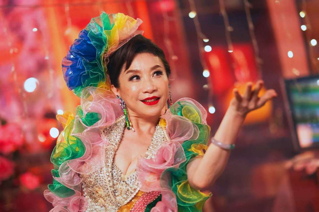 今子嫣在「美秀」戲中飾演康樂隊中愛唱歌的女人,為戲搬出現實中在紅包場中表演的華服...