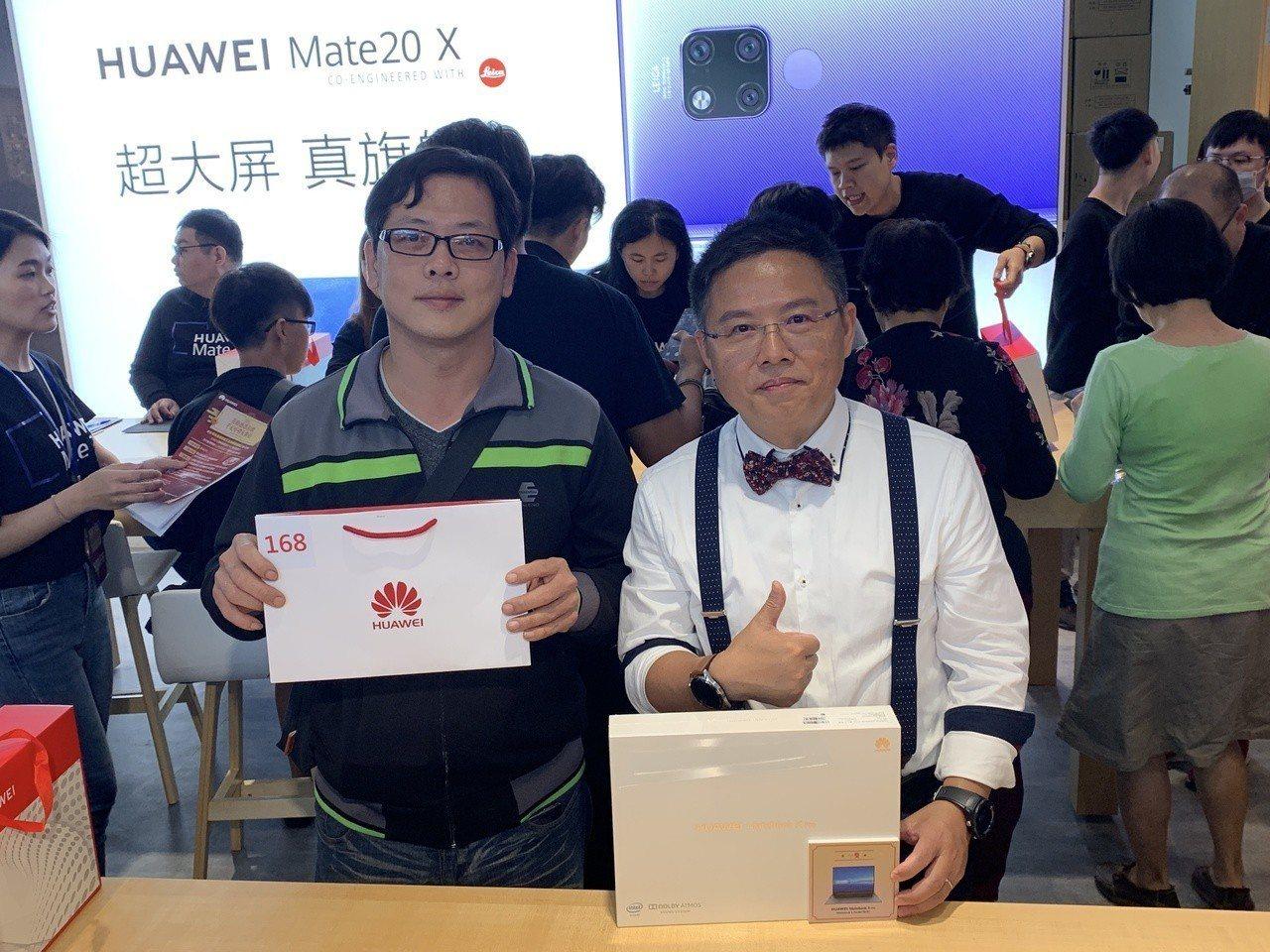 幸運抽中最大獎的消費者,開心抱回價值近6萬MateBook X Pro筆電。記者...