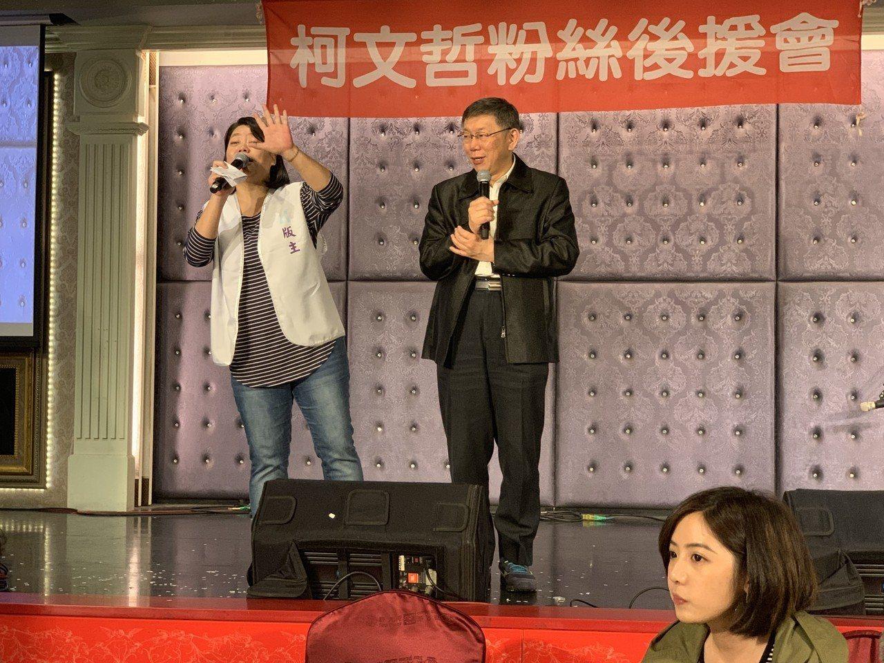 5年前的今天是柯文哲脫下醫師袍換成從政之路,而原本說不到場的「學姐」黃瀞瑩(右下...
