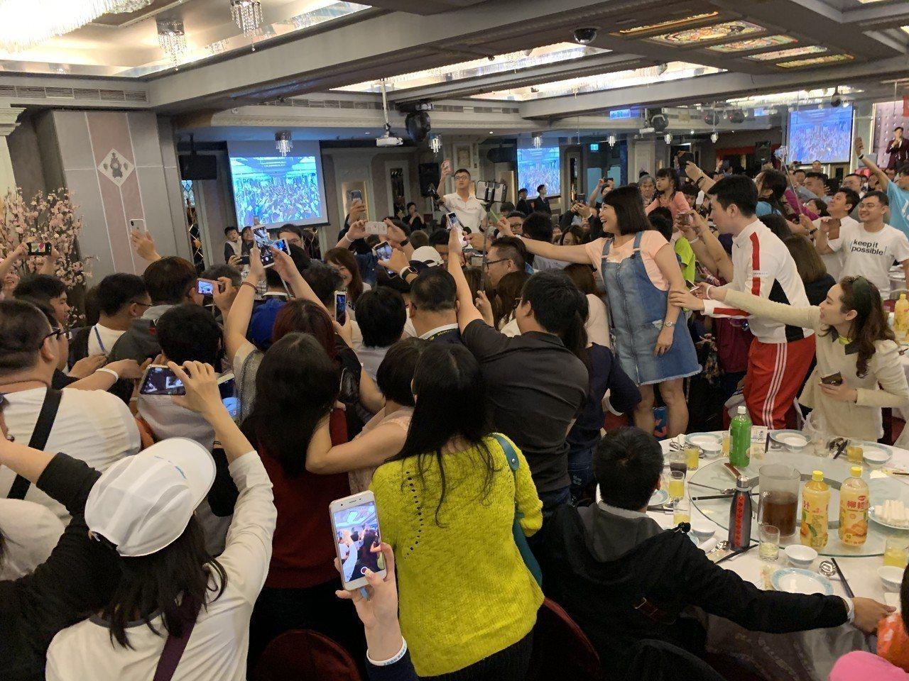 台北市長柯文哲「台中行」所到之處都造成旋風,「中部粉絲見面會」一到場就引發暴動,...
