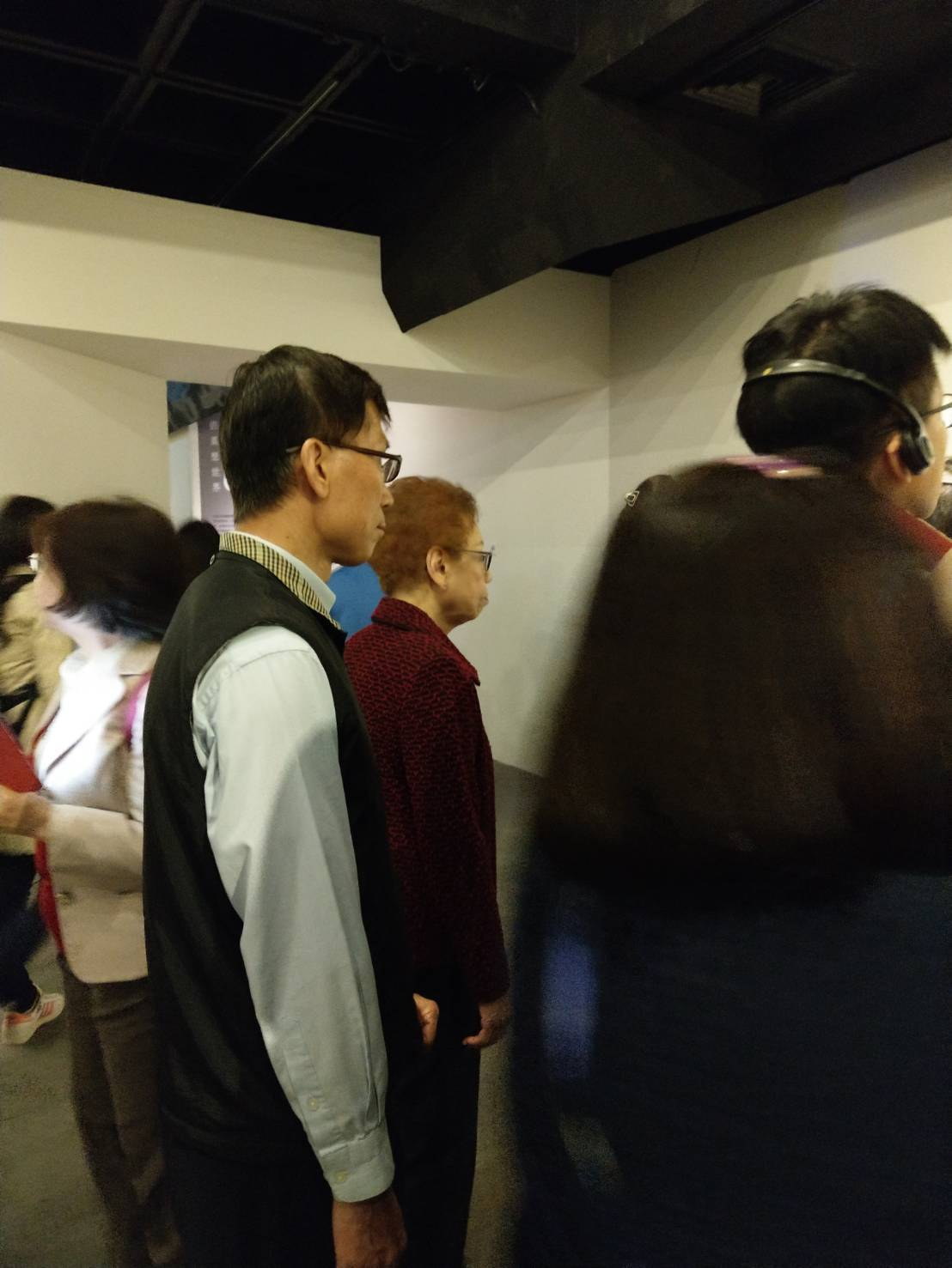 富邦慈善基金會董事長蔡楊湘薰(圖中,著暗紅色外套者)駐足欣賞。記者蔡靜紋/攝影