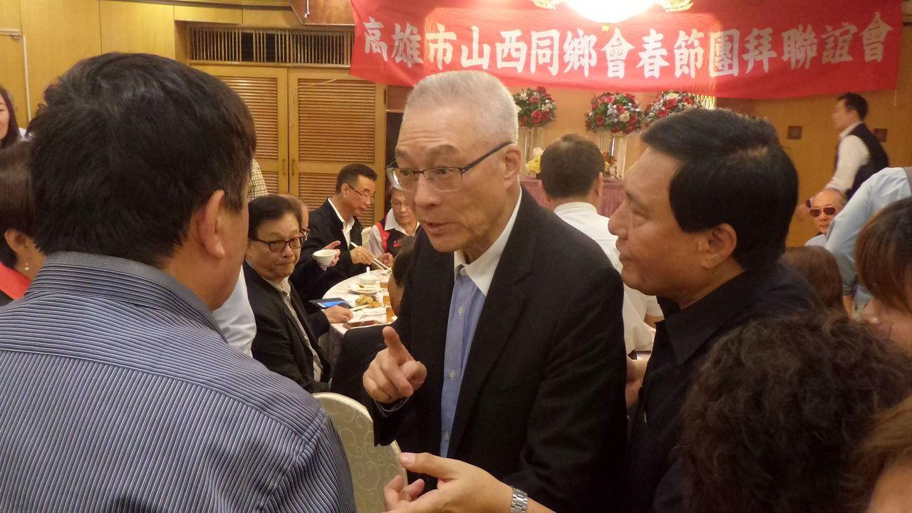 國民黨主席吳敦義(左二)參加高雄市山西同鄉會春節團拜,一一與賓客握手寒暄。記者林...