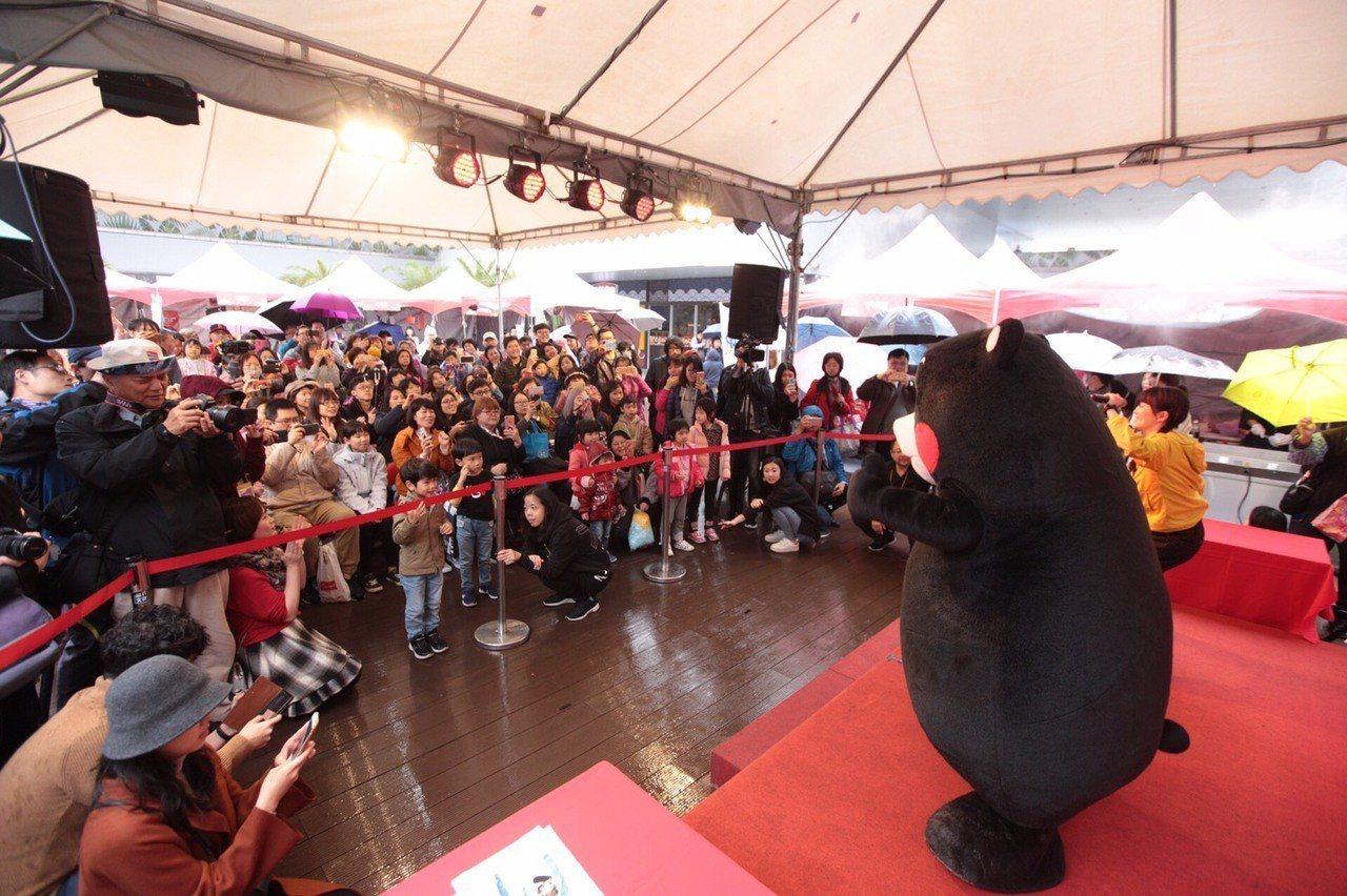 日本熊本縣今天第四度在基隆舉辦物產展,熊本熊現身讓東岸商場開幕儀式時,許多大小朋...