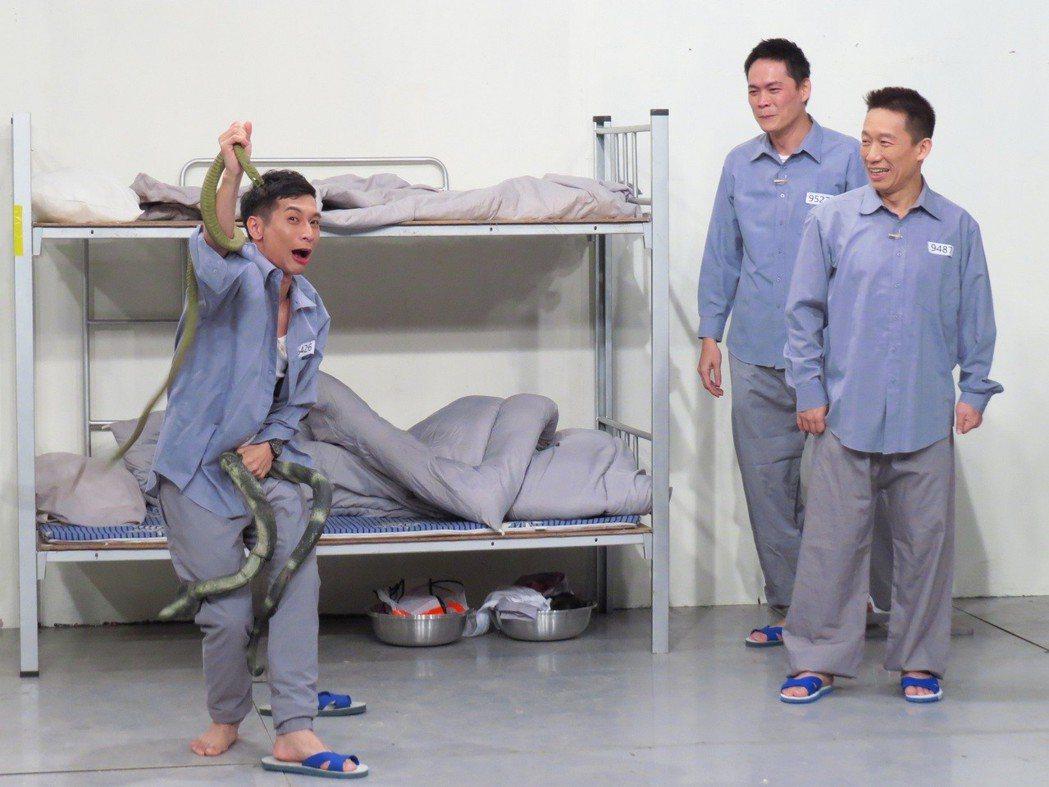 郭子乾笑看逸祥模仿殺蛇。圖/衛視中文台提供