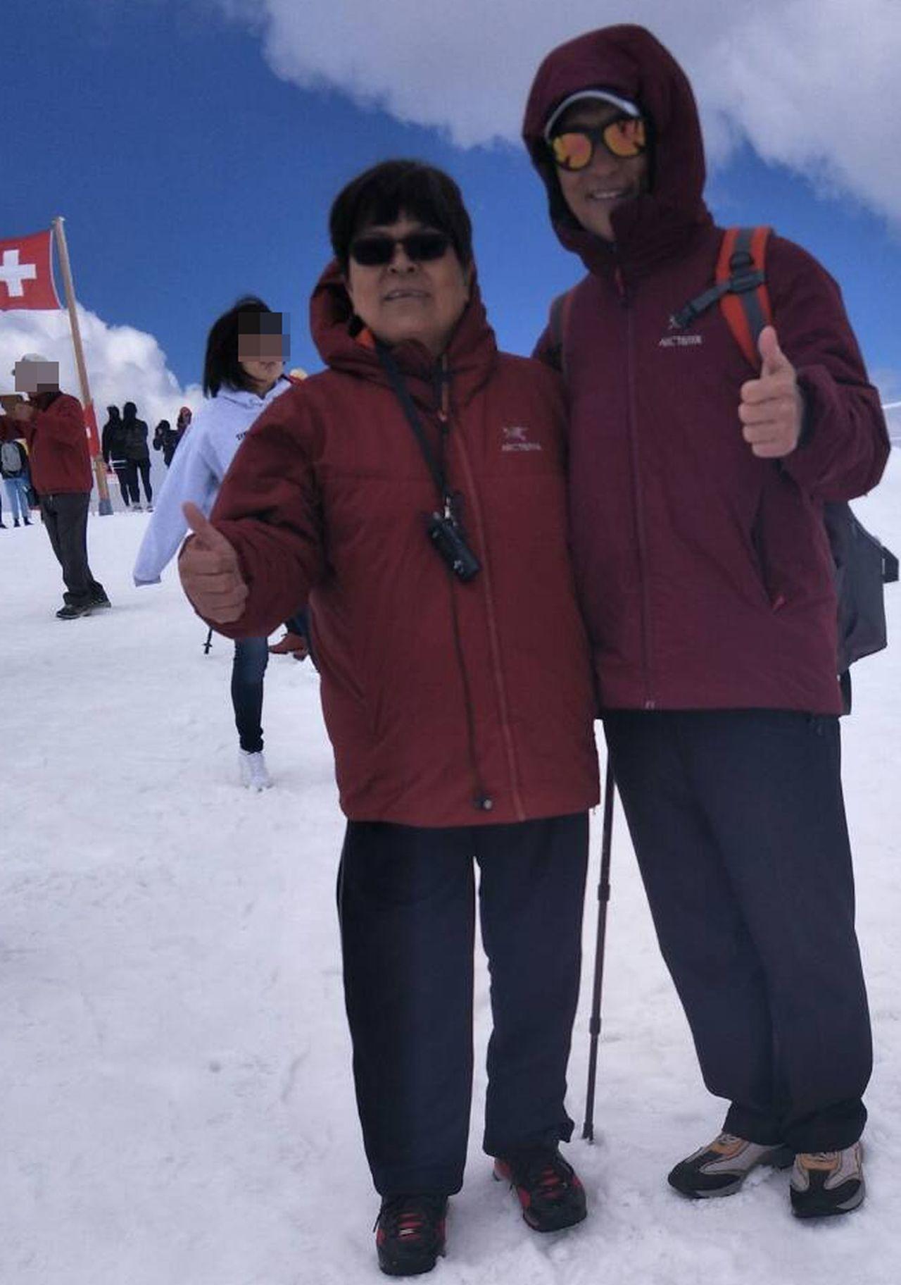 魏姓病患(右)與妻子(左)去年到瑞士旅遊、賞雪。圖/魏姓病患提供