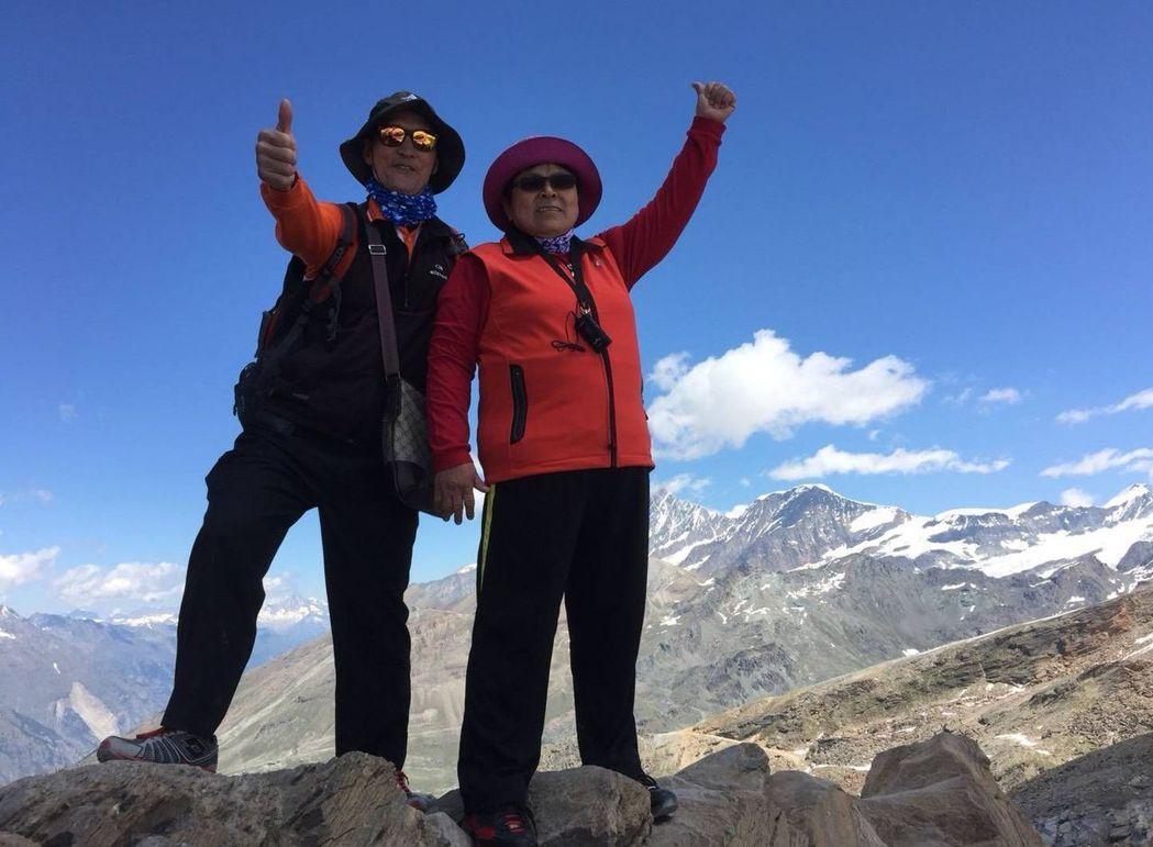 魏姓病患(左)與妻子(右)去年到瑞士旅遊、賞雪。圖/魏姓病患提供