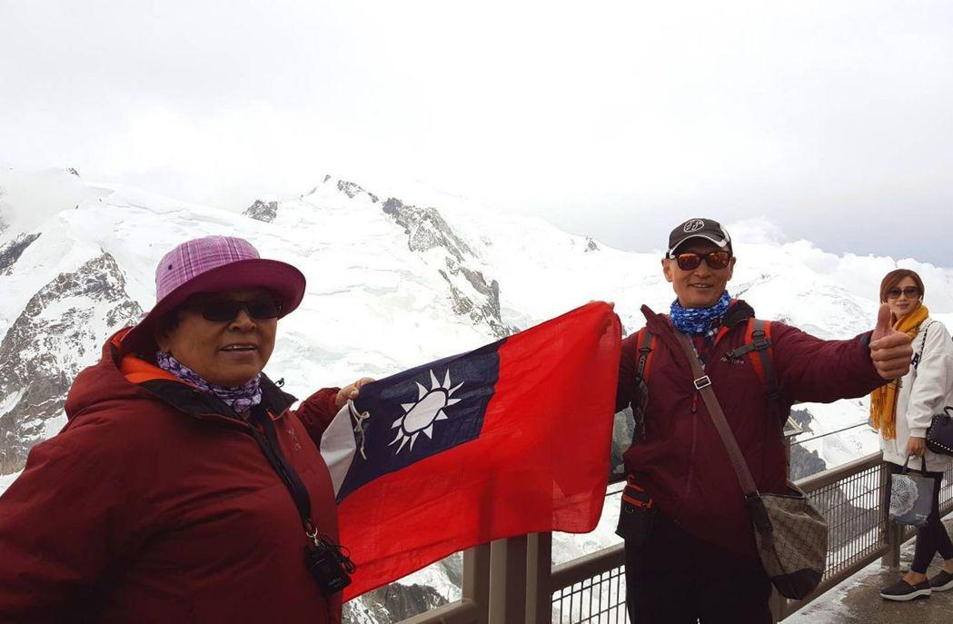 魏姓病患(中)與妻子(左)去年到瑞士旅遊、賞雪。圖/魏姓病患提供