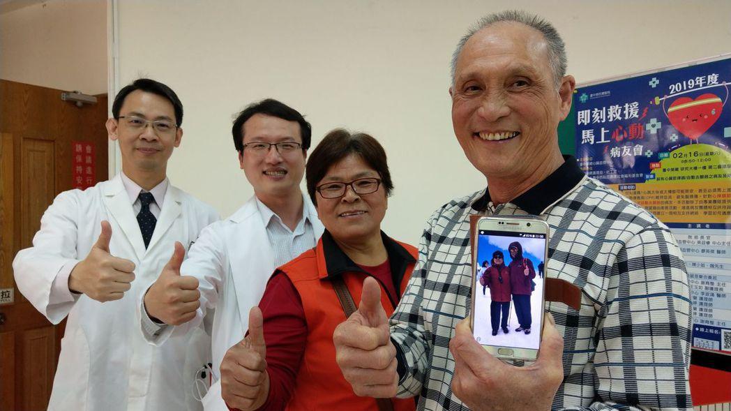 魏姓病患(右一)開心展示去年7月與妻子(右二)到瑞士旅遊、賞雪的照片。記者趙容萱...