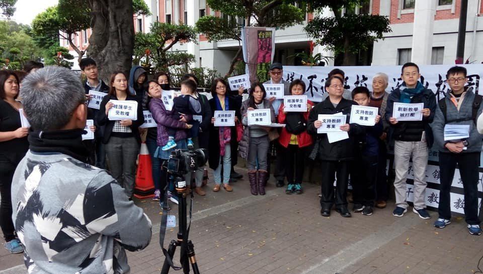 20多名老師和家長今天赴教育部聲援遭行政以考績打壓的基層教師。圖/張文隆提供