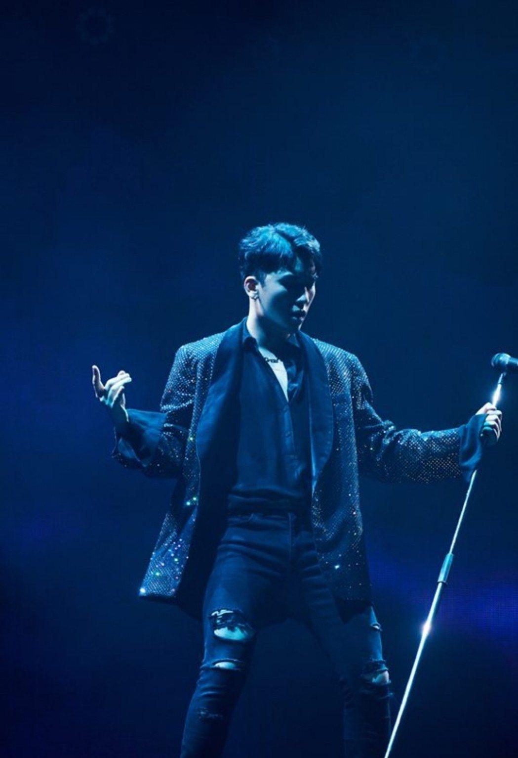 勝利在演唱會上先向粉絲道歉。圖/摘自首爾經濟