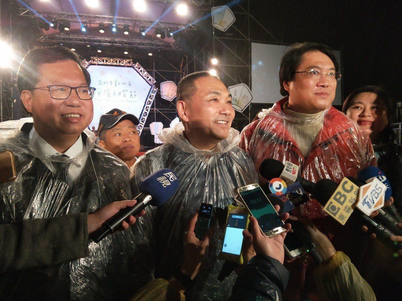 侯友宜、鄭文燦、林右昌3首長一起施放天燈後接受媒體聯訪。記者游明煌/攝影