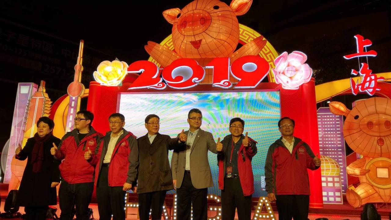 上海台辦主任李文輝(左4)上午抵達台北,晚間與台北市長柯文哲(左3)同台參加台北...
