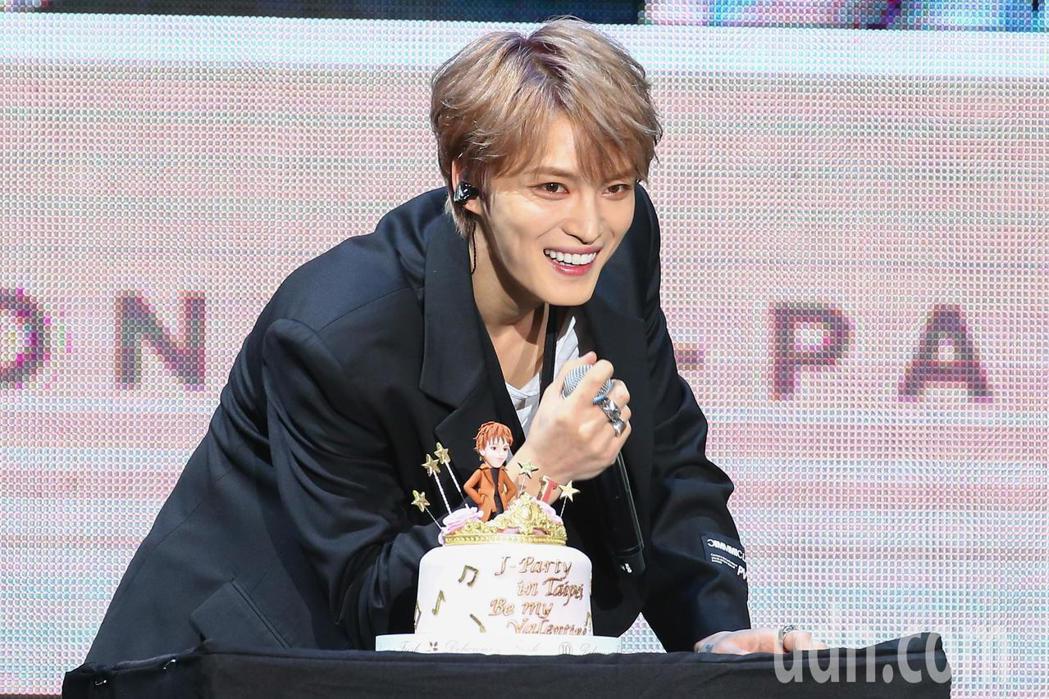 金在中今天在台北天母體育館舉辦演唱會,主辦單位也特別準備生日蛋糕為他慶生。記者葉...