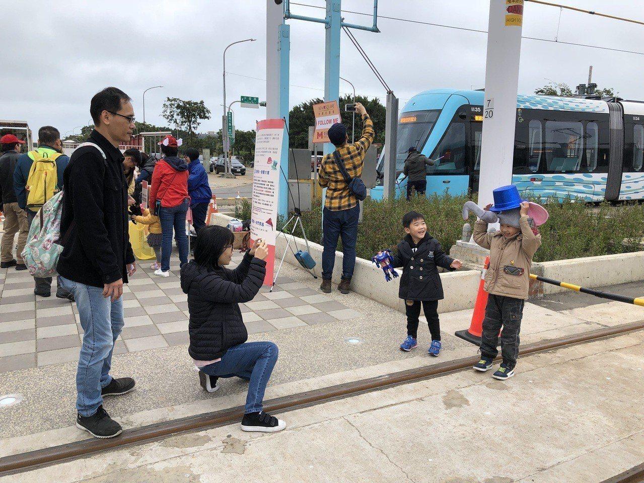 新北市觀光旅遊局與新北捷運公司合作行銷淡海輕軌,大玩穿越遊戲,沿線拍照的民眾到終...