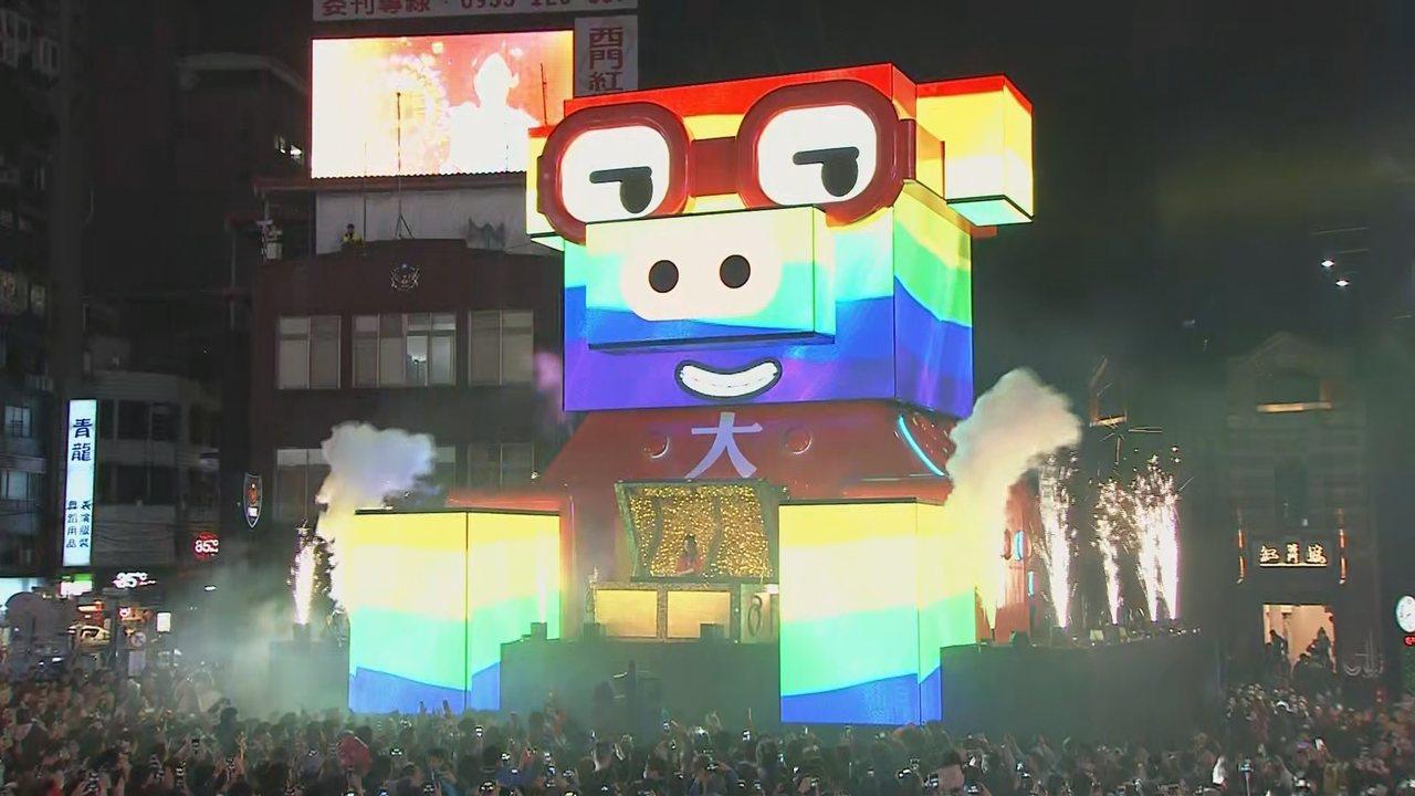 台北燈節主燈「百變豬寶」點燈後,主燈秀從機械豬變化到民俗豬,百變風格讓民眾驚嘆!...