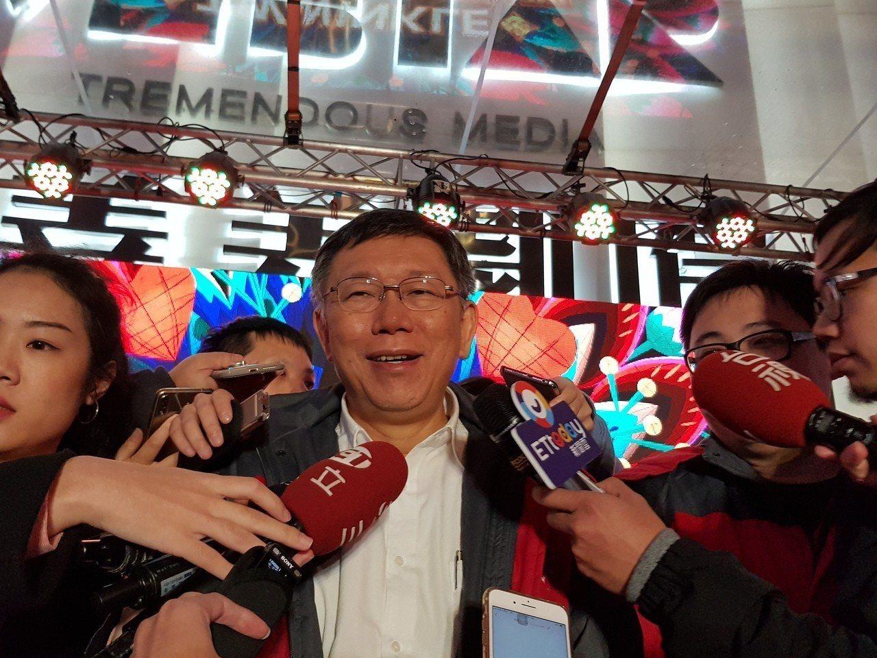 台北市長柯文哲晚上7時多抵達台北燈節西門町主舞台區,利用手機、無線傳輸科技點亮主...
