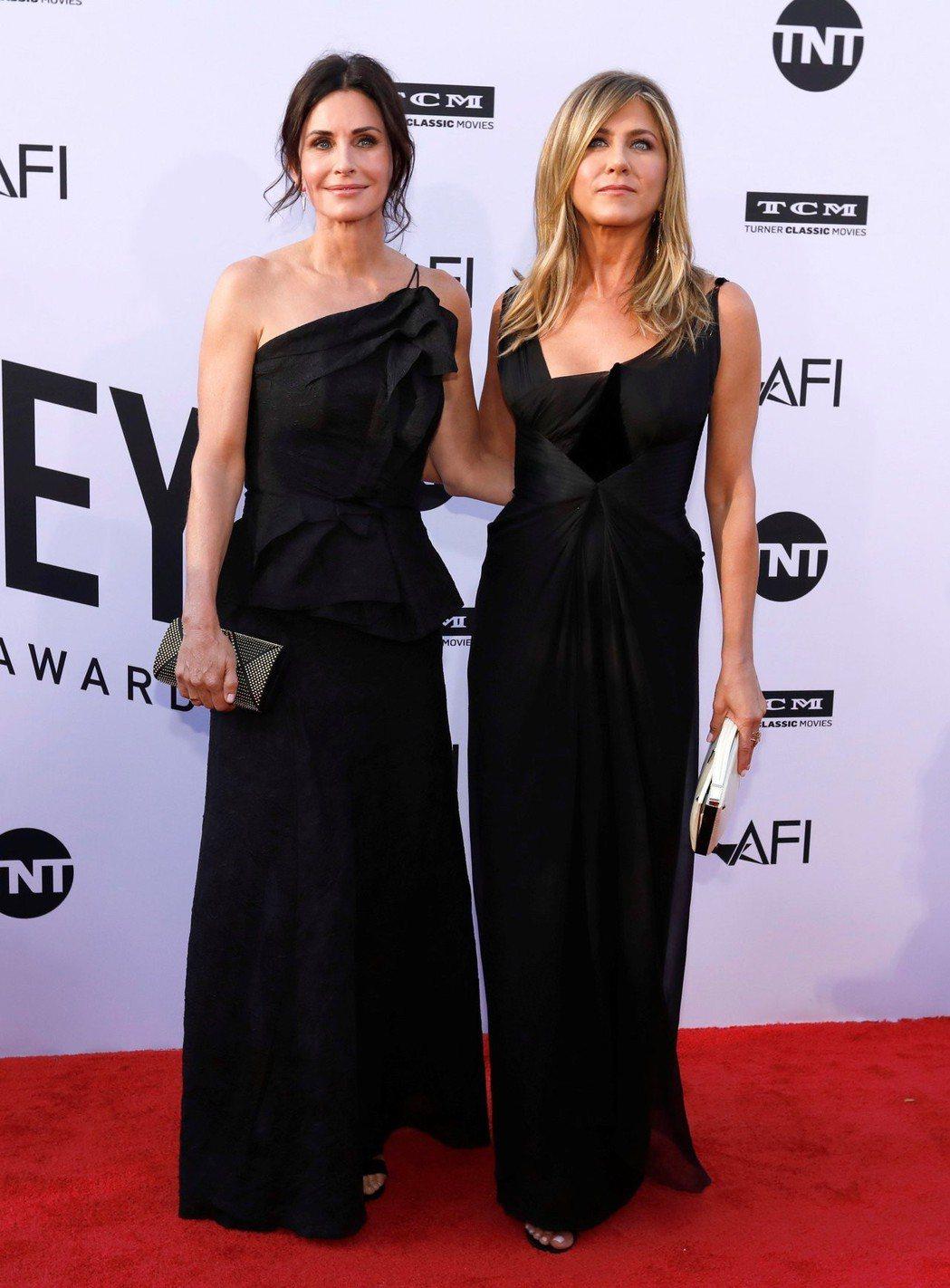 寇特妮考絲(左)與珍妮佛安妮絲頓一起經歷空中驚魂。圖/路透資料照片